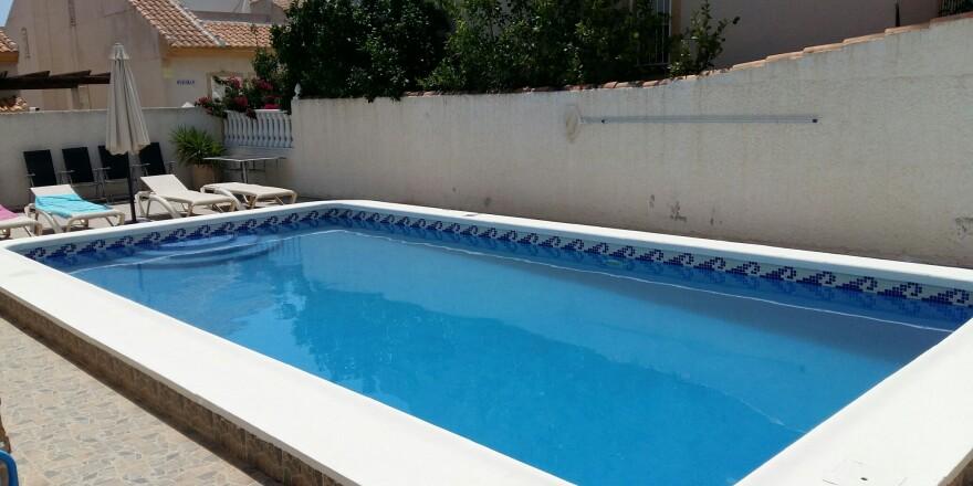 zwembad met ligzetels